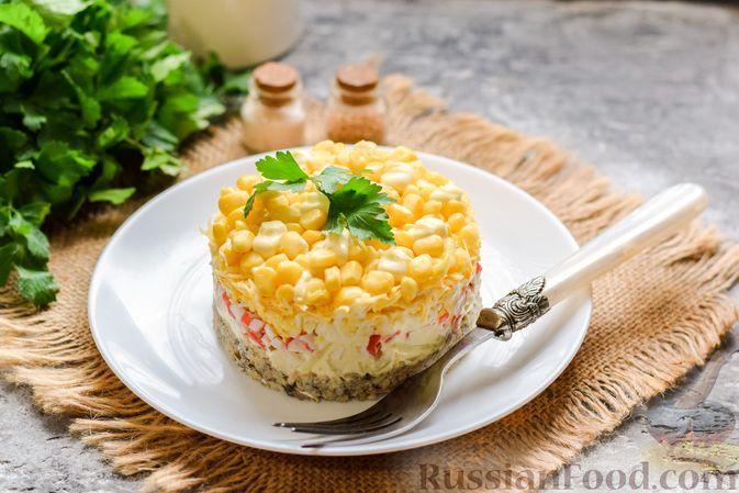Фото приготовления рецепта: Слоёный салат с тунцом, крабовыми палочками, сыром и кукурузой - шаг №17