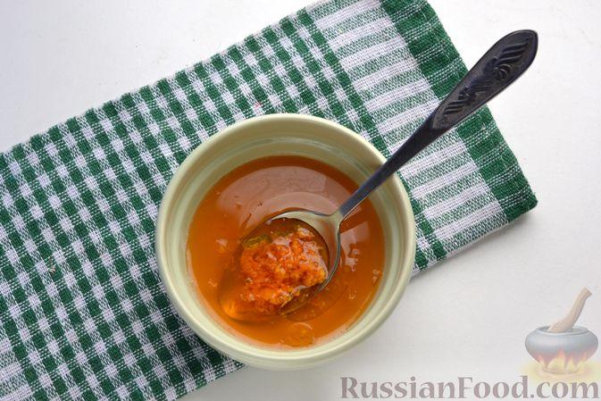 Фото приготовления рецепта: Морковно-яблочный салат с апельсиновым соусом - шаг №3