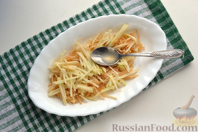 Фото приготовления рецепта: Морковно-яблочный салат с апельсиновым соусом - шаг №5