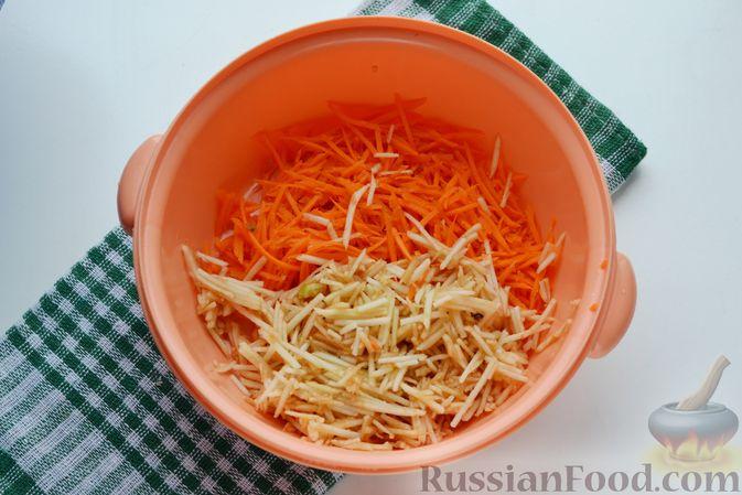 Фото приготовления рецепта: Морковно-яблочный салат с апельсиновым соусом - шаг №6