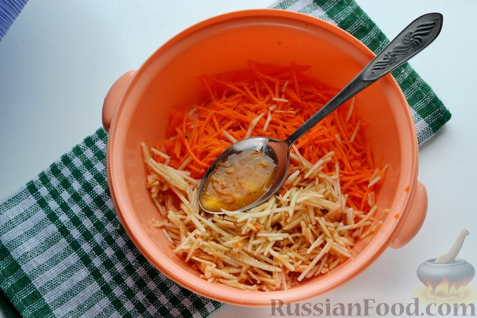 Фото приготовления рецепта: Морковно-яблочный салат с апельсиновым соусом - шаг №7