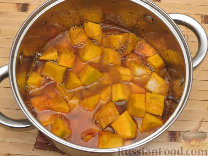 Фото приготовления рецепта: Тыква, тушенная в томатно-соевом соусе - шаг №10