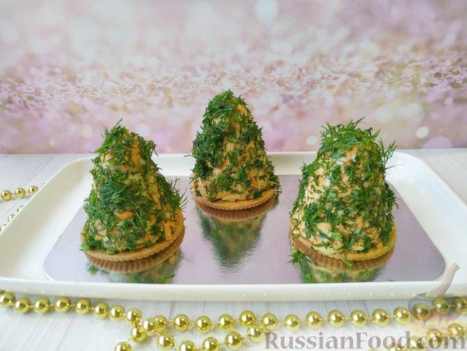 Фото к рецепту: Новогодняя закуска из моркови и сыра на крекерах