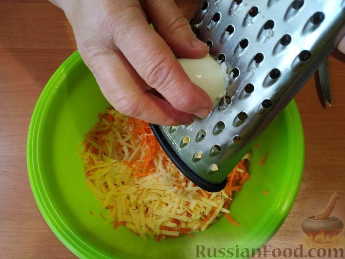 Фото приготовления рецепта: Новогодняя закуска из моркови и сыра на крекерах - шаг №5
