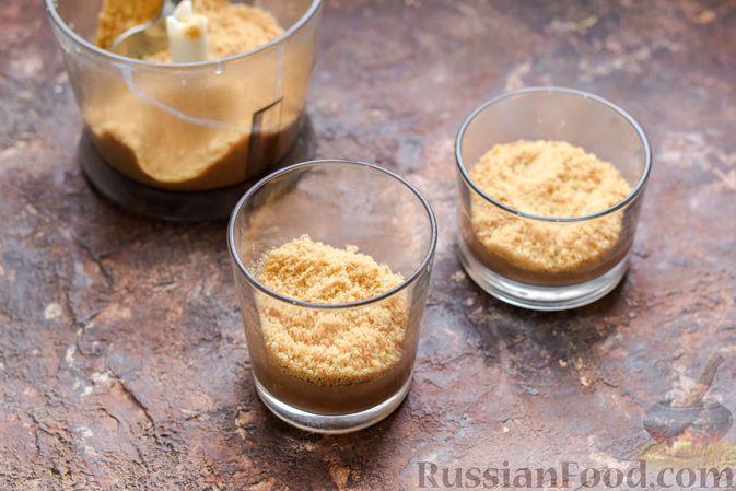Фото приготовления рецепта: Десерт с печеньем, апельсиновым и шоколадным заварным кремом - шаг №12