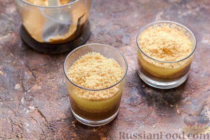 Фото приготовления рецепта: Десерт с печеньем, апельсиновым и шоколадным заварным кремом - шаг №14