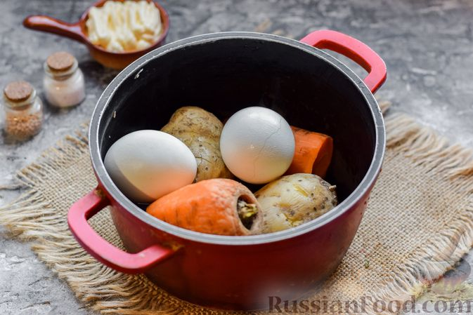 Фото приготовления рецепта: Салат с картофелем, сардинами, морковью и солёными огурцами - шаг №2