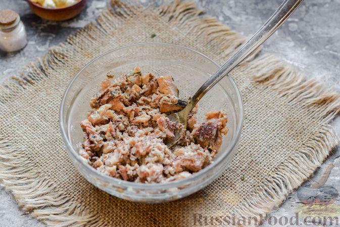 Фото приготовления рецепта: Салат с картофелем, сардинами, морковью и солёными огурцами - шаг №3