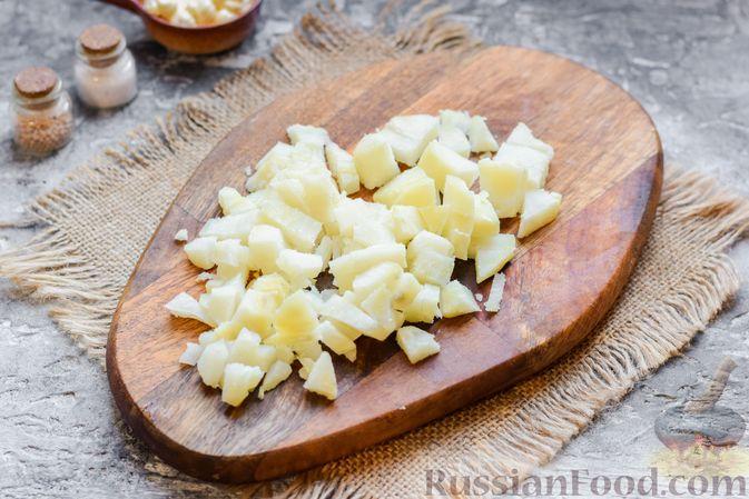 Фото приготовления рецепта: Салат с картофелем, сардинами, морковью и солёными огурцами - шаг №4