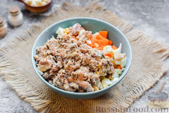 Фото приготовления рецепта: Салат с картофелем, сардинами, морковью и солёными огурцами - шаг №7