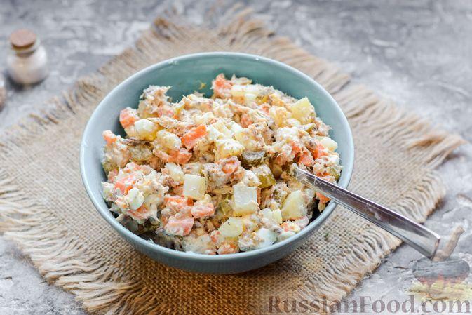 Фото приготовления рецепта: Салат с картофелем, сардинами, морковью и солёными огурцами - шаг №9
