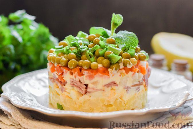 """Фото к рецепту: Слоёный салат """"Оливье"""" с грушей и ветчиной"""