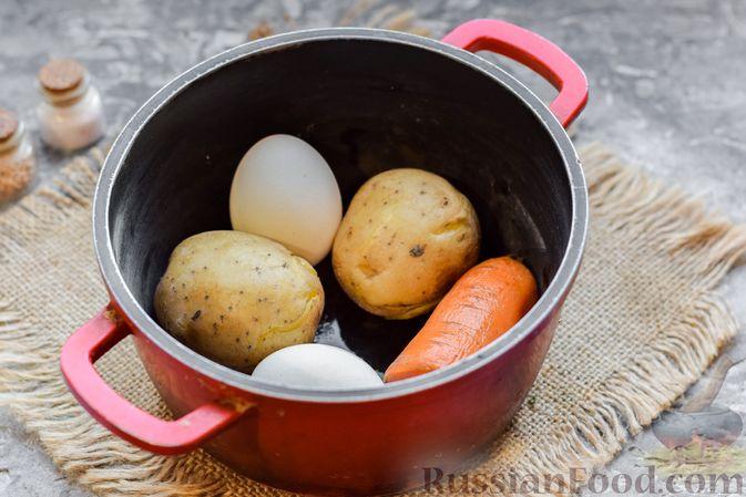 """Фото приготовления рецепта: Слоёный салат """"Оливье"""" с грушей и ветчиной - шаг №2"""