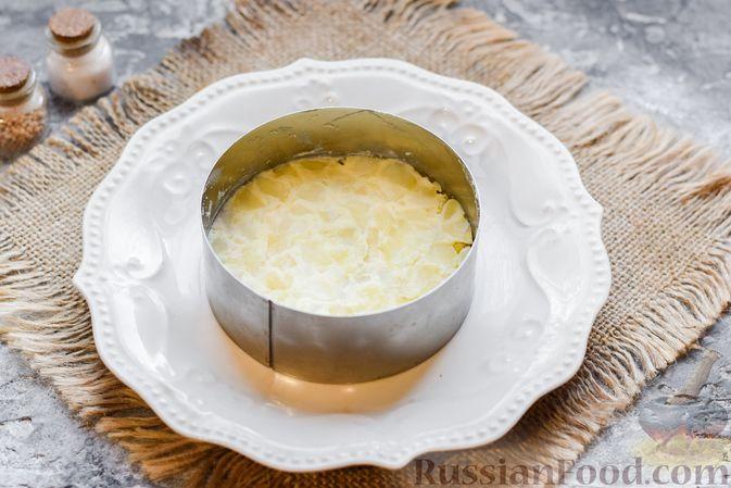 """Фото приготовления рецепта: Слоёный салат """"Оливье"""" с грушей и ветчиной - шаг №7"""