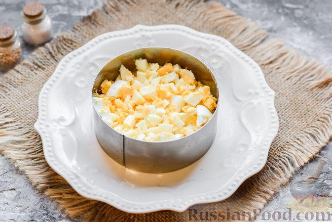 """Фото приготовления рецепта: Слоёный салат """"Оливье"""" с грушей и ветчиной - шаг №8"""