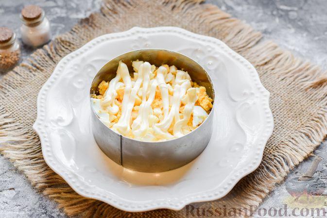 """Фото приготовления рецепта: Слоёный салат """"Оливье"""" с грушей и ветчиной - шаг №9"""