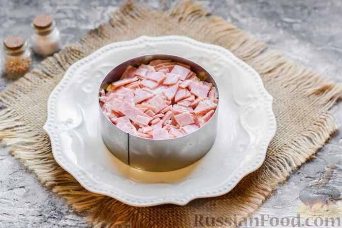 """Фото приготовления рецепта: Слоёный салат """"Оливье"""" с грушей и ветчиной - шаг №10"""