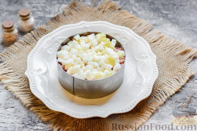 """Фото приготовления рецепта: Слоёный салат """"Оливье"""" с грушей и ветчиной - шаг №12"""