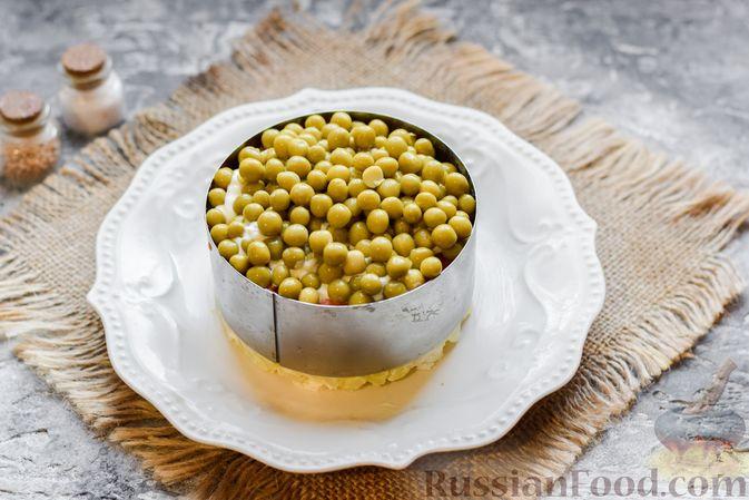 """Фото приготовления рецепта: Слоёный салат """"Оливье"""" с грушей и ветчиной - шаг №15"""