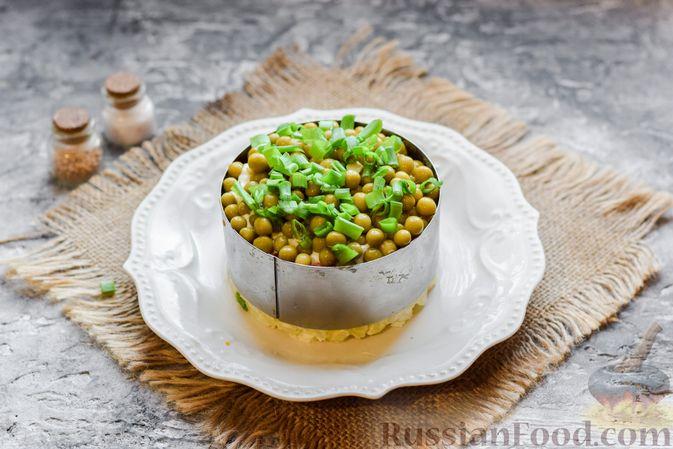 """Фото приготовления рецепта: Слоёный салат """"Оливье"""" с грушей и ветчиной - шаг №16"""
