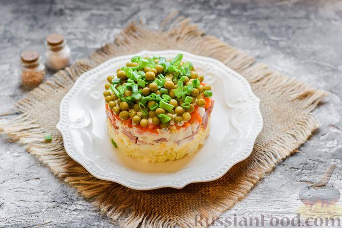 """Фото приготовления рецепта: Слоёный салат """"Оливье"""" с грушей и ветчиной - шаг №17"""