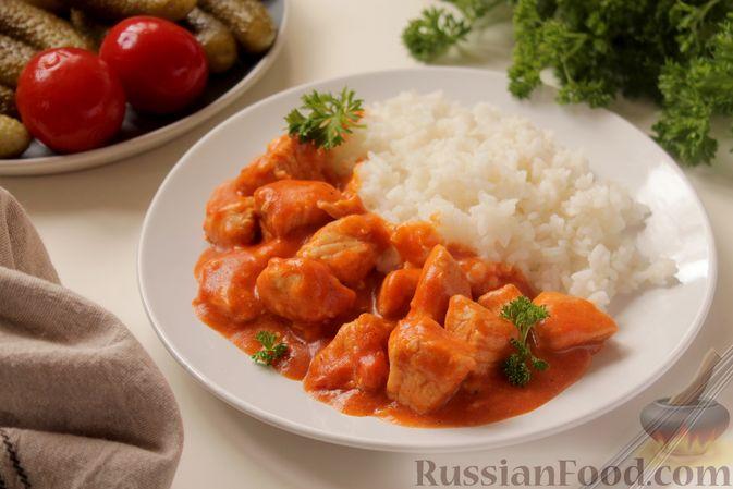 Фото к рецепту: Филе индейки, тушенное в сметанно-томатном соусе