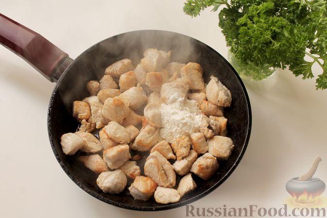 Фото приготовления рецепта: Филе индейки, тушенное в сметанно-томатном соусе - шаг №4