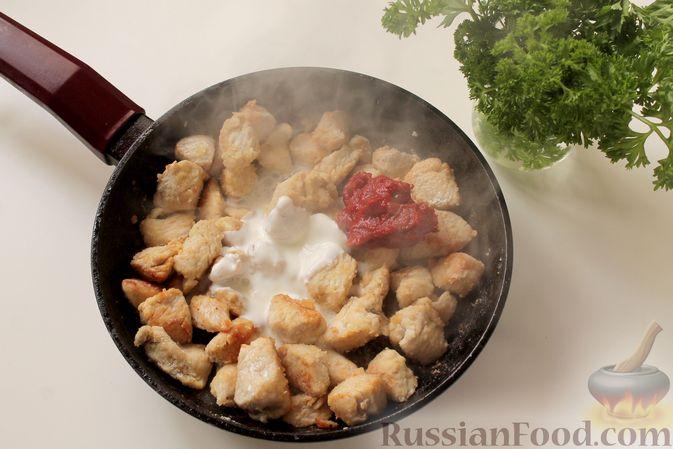 Фото приготовления рецепта: Филе индейки, тушенное в сметанно-томатном соусе - шаг №5