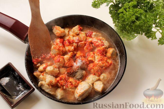 Фото приготовления рецепта: Филе индейки, тушенное в сметанно-томатном соусе - шаг №7