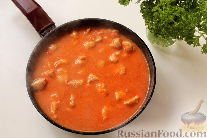 Фото приготовления рецепта: Филе индейки, тушенное в сметанно-томатном соусе - шаг №8