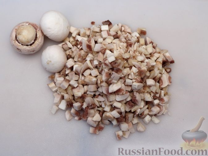 Фото приготовления рецепта: Тефтели из куриного фарша с рисом и грибами, в сливочно-томатном соусе - шаг №2