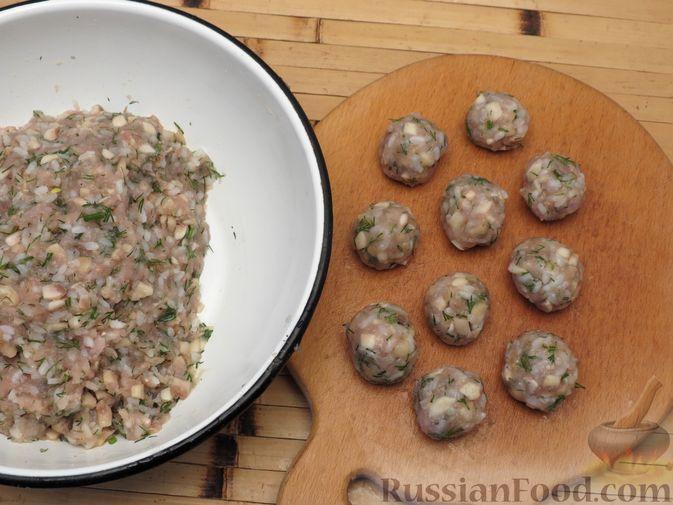 Фото приготовления рецепта: Тефтели из куриного фарша с рисом и грибами, в сливочно-томатном соусе - шаг №5