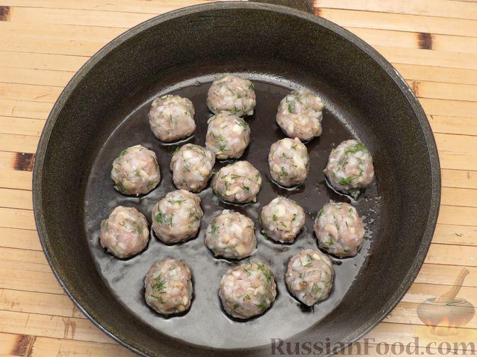Фото приготовления рецепта: Тефтели из куриного фарша с рисом и грибами, в сливочно-томатном соусе - шаг №6
