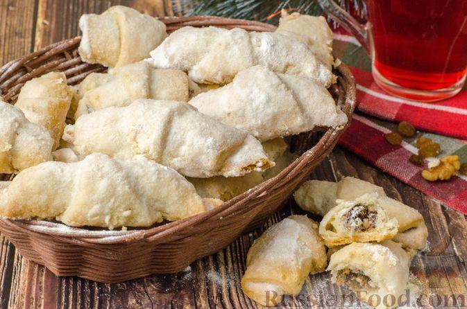 Фото к рецепту: Рогалики из песочного теста на сметане и смальце, с орехами, изюмом и маком