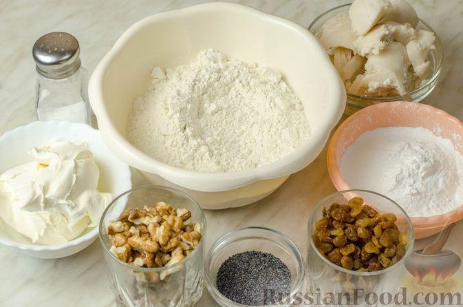 Фото приготовления рецепта: Рогалики из песочного теста на сметане и смальце, с орехами, изюмом и маком - шаг №1