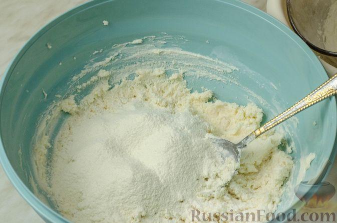 Фото приготовления рецепта: Рогалики из песочного теста на сметане и смальце, с орехами, изюмом и маком - шаг №4