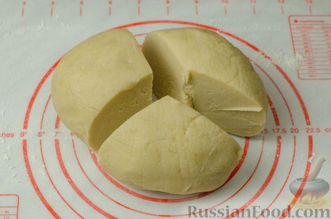 Фото приготовления рецепта: Рогалики из песочного теста на сметане и смальце, с орехами, изюмом и маком - шаг №10
