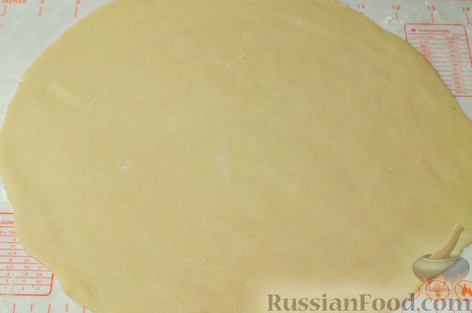 Фото приготовления рецепта: Рогалики из песочного теста на сметане и смальце, с орехами, изюмом и маком - шаг №11