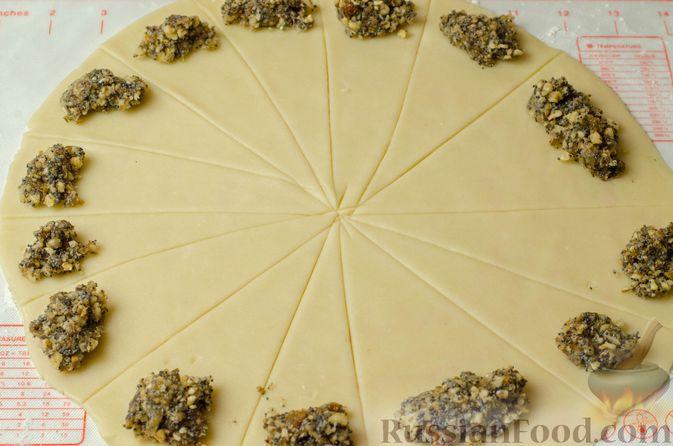 Фото приготовления рецепта: Рогалики из песочного теста на сметане и смальце, с орехами, изюмом и маком - шаг №12