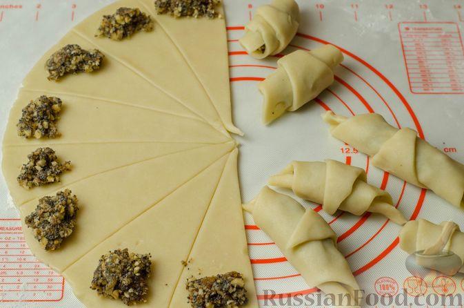 Фото приготовления рецепта: Рогалики из песочного теста на сметане и смальце, с орехами, изюмом и маком - шаг №13