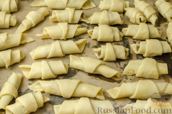 Фото приготовления рецепта: Рогалики из песочного теста на сметане и смальце, с орехами, изюмом и маком - шаг №14