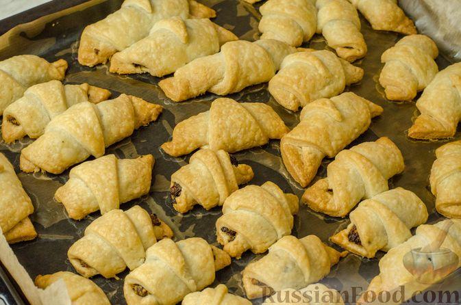 Фото приготовления рецепта: Рогалики из песочного теста на сметане и смальце, с орехами, изюмом и маком - шаг №15