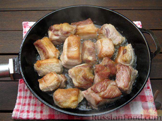Фото приготовления рецепта: Свиная грудинка, запечённая с перловой крупой - шаг №6