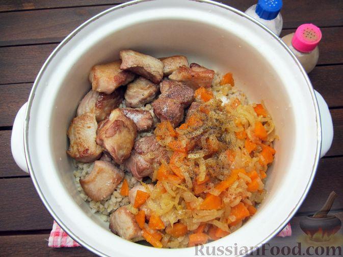 Фото приготовления рецепта: Свиная грудинка, запечённая с перловой крупой - шаг №9