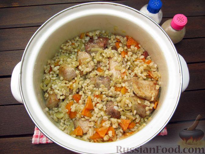 Фото приготовления рецепта: Свиная грудинка, запечённая с перловой крупой - шаг №10