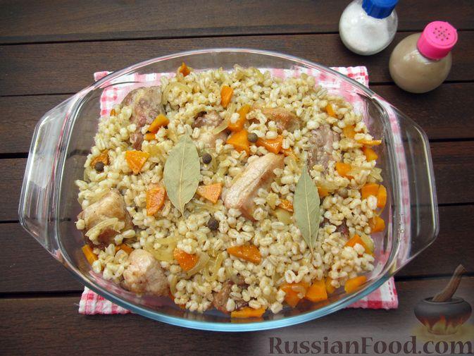 Фото приготовления рецепта: Свиная грудинка, запечённая с перловой крупой - шаг №11
