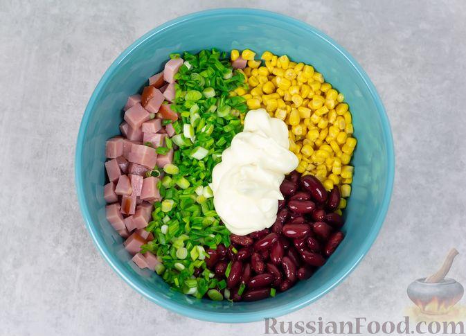 Фото приготовления рецепта: Салат с ветчиной, консервированной фасолью и кукурузой - шаг №4