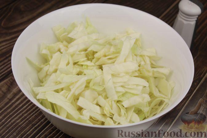 Фото приготовления рецепта: Капуста с луком и чесноком, тушенная в рукаве - шаг №3