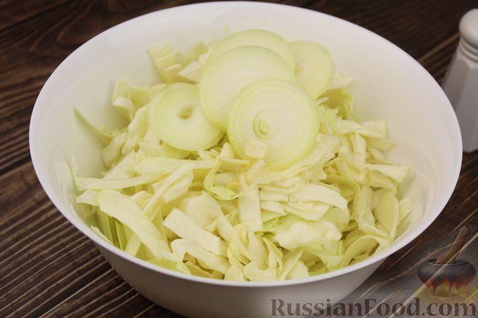 Фото приготовления рецепта: Капуста с луком и чесноком, тушенная в рукаве - шаг №4