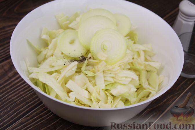 Фото приготовления рецепта: Капуста с луком и чесноком, тушенная в рукаве - шаг №5
